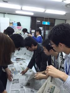 ばらばらの新聞紙をページ通りに並べる作業を通して、コミュニケーションの仕方等を学びました。